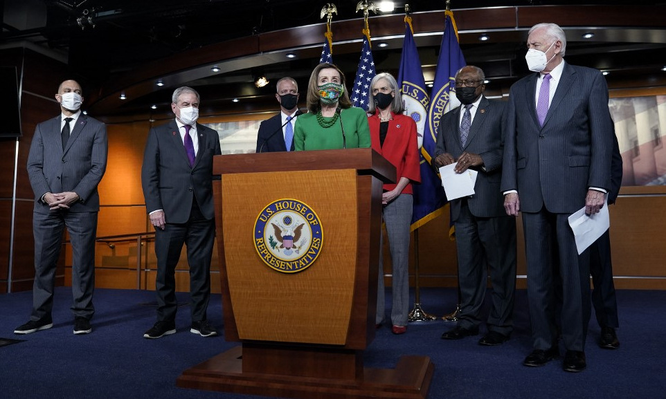 House of Representatives Speaker Nancy Pelosi (blue shirt) held a press conference before the vote on the evening of February 26.  Photo: AFP.