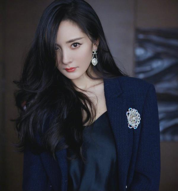 Yang Mi's recent photos show an old look, and there are strange folds above his eyes. Could it be a sequelae of plastic surgery?