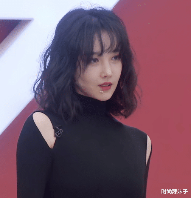 It turns out that Chen Xiaojun's figure is so predictable! When she wore a seamless outfit and lowered her waist, Li Feier was envious