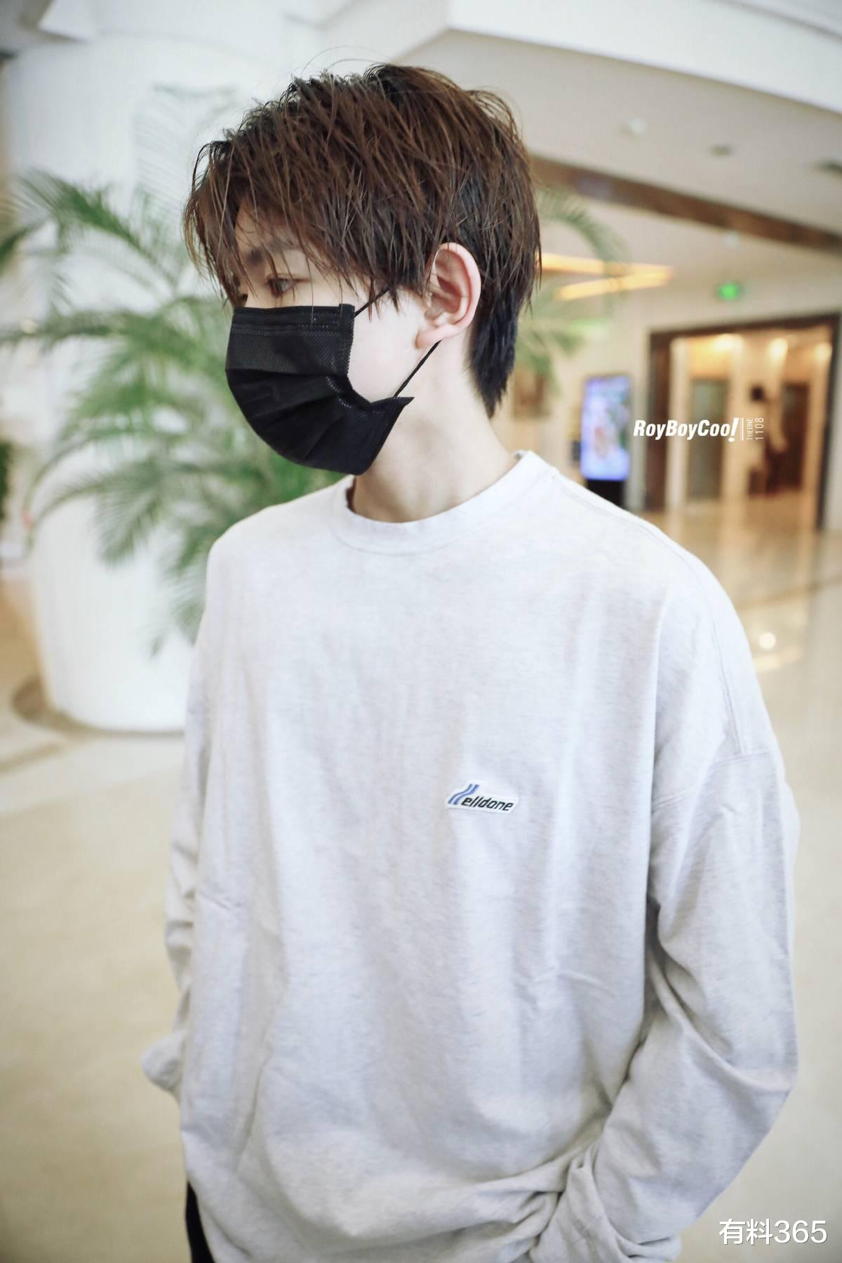 Wang Yuan cooperated with the studio to shoot the video, during which the expression was too calm, and the netizens wanted to laugh