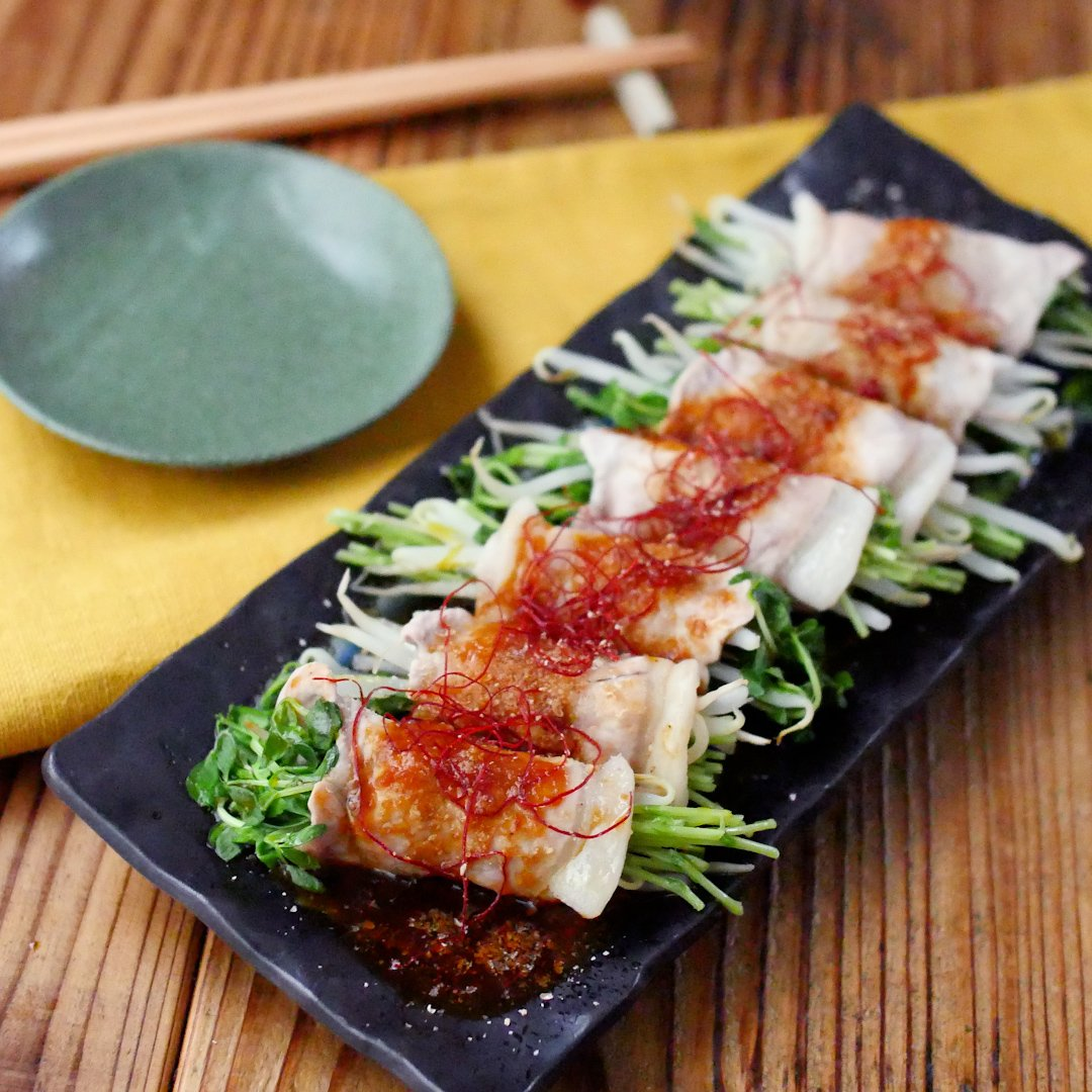 recipe With a sauce of grilled meat.Spicy bean sprouts and bean sprouts wrapped in pork