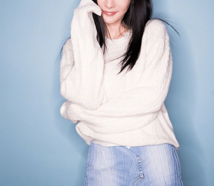 Yang Mi really knows how to play, cut the jeans and put them on the gauze skirt, not only not ugly, but unexpectedly beautiful to a new height