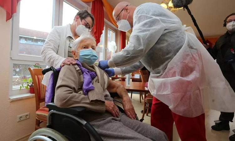 Edith Kwoizalla, 101 years old, received the first Covid-19 vaccine in Halberstadt, Germany, December 2020.  Photo: AFP.