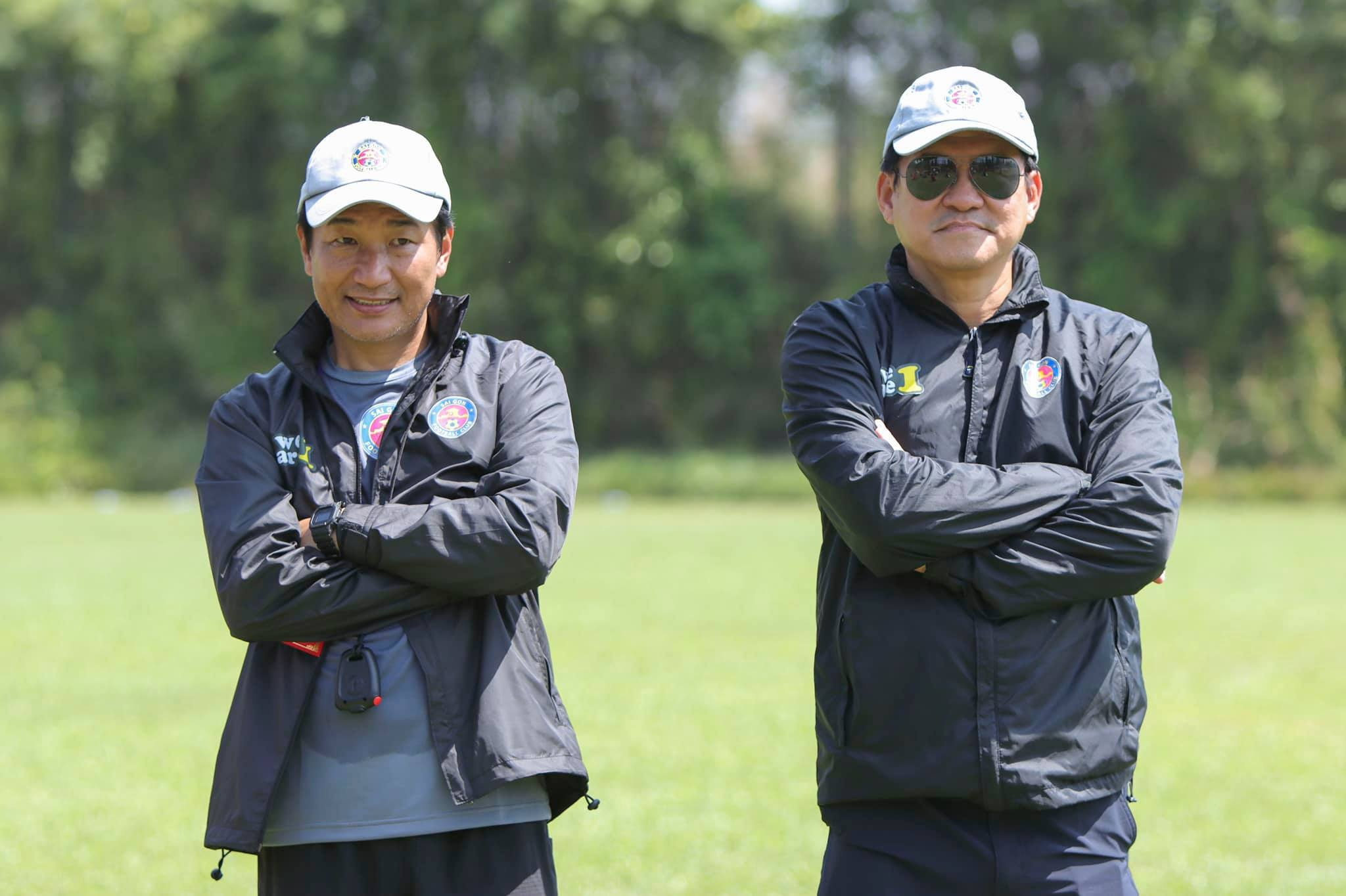 Expert Masahiro Shimoda (left) temporarily replaces coach Vu Tien Thanh and directs Saigon FC to practice.  Photo: Thanh Anh.
