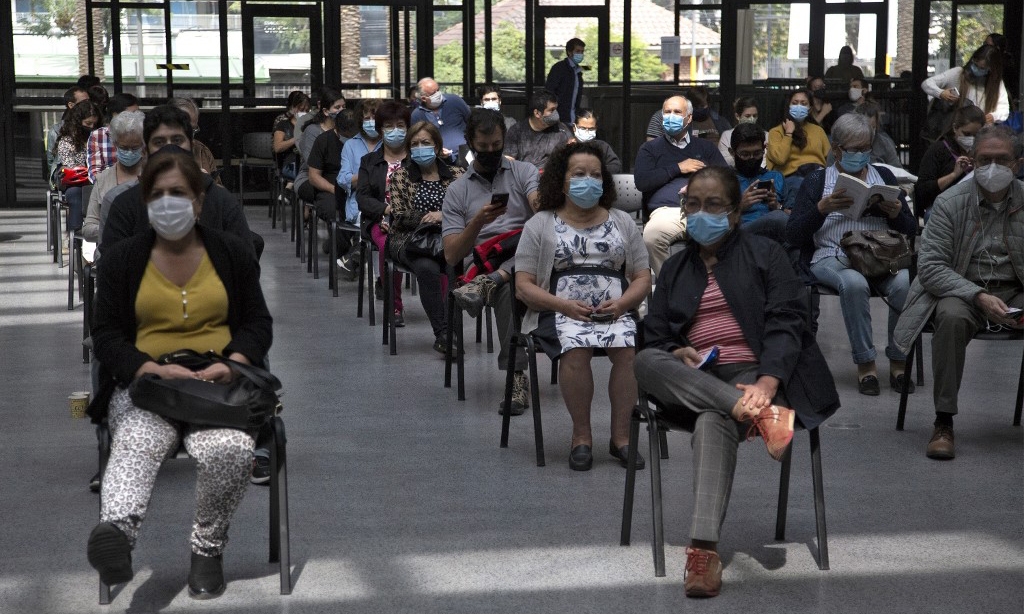 People wait for the Covid-19 vaccine at an immunization center in Santiago, Chile, on March 16.  Photo: AFP.