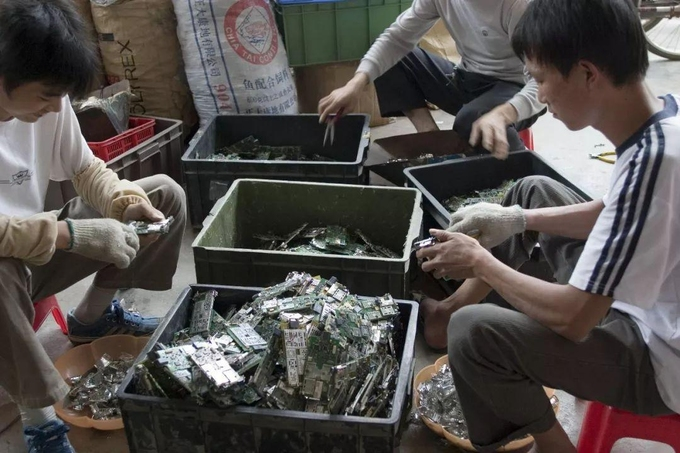 'digging' 10 million discarded phones with 120 kg of gold
