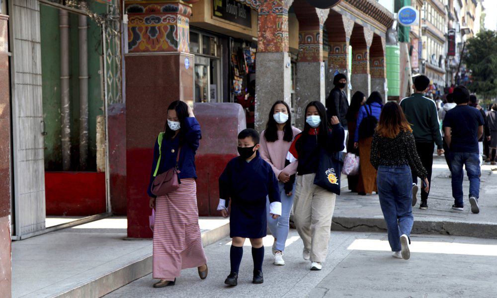 Bhutanese people wear masks on the streets in Thimpu capital on April 12.  Photo: AP.