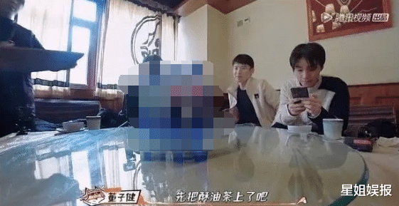 Wang Junkai frequently watches mobile phones during recording programs, chats with Dong Zijian to uncover the reasons, and breaks the question of love
