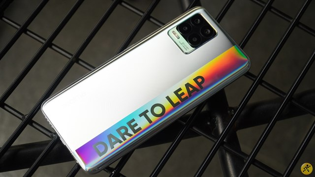 On hand Realme 8: Beautifully designed, colorful with rainbow strip on the back and unique rear camera cluster