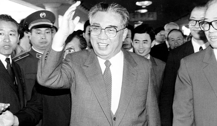 Kim Il Sung (centre) in Beijing in May 1987.  Photo: AP.
