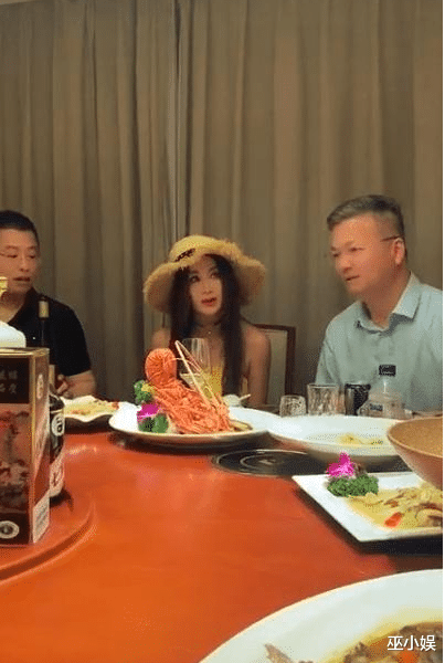 55-year-old Wen Bixia accompanies the wine photo exposure? She has dark skin and old attitude, and she is complaining about wearing a hat in the box?