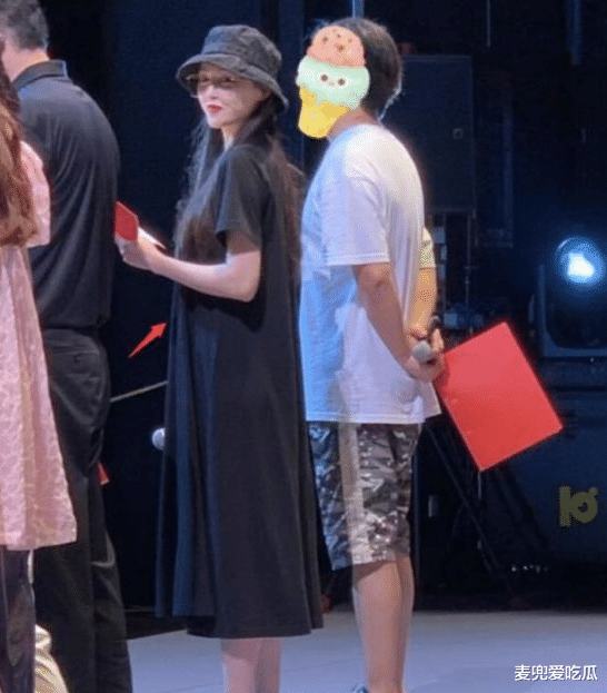 Tang Yan's rehearsal photos are exposed? Wearing flat shoes, the belly bulges, netizens guess that they are pregnant with a second child?