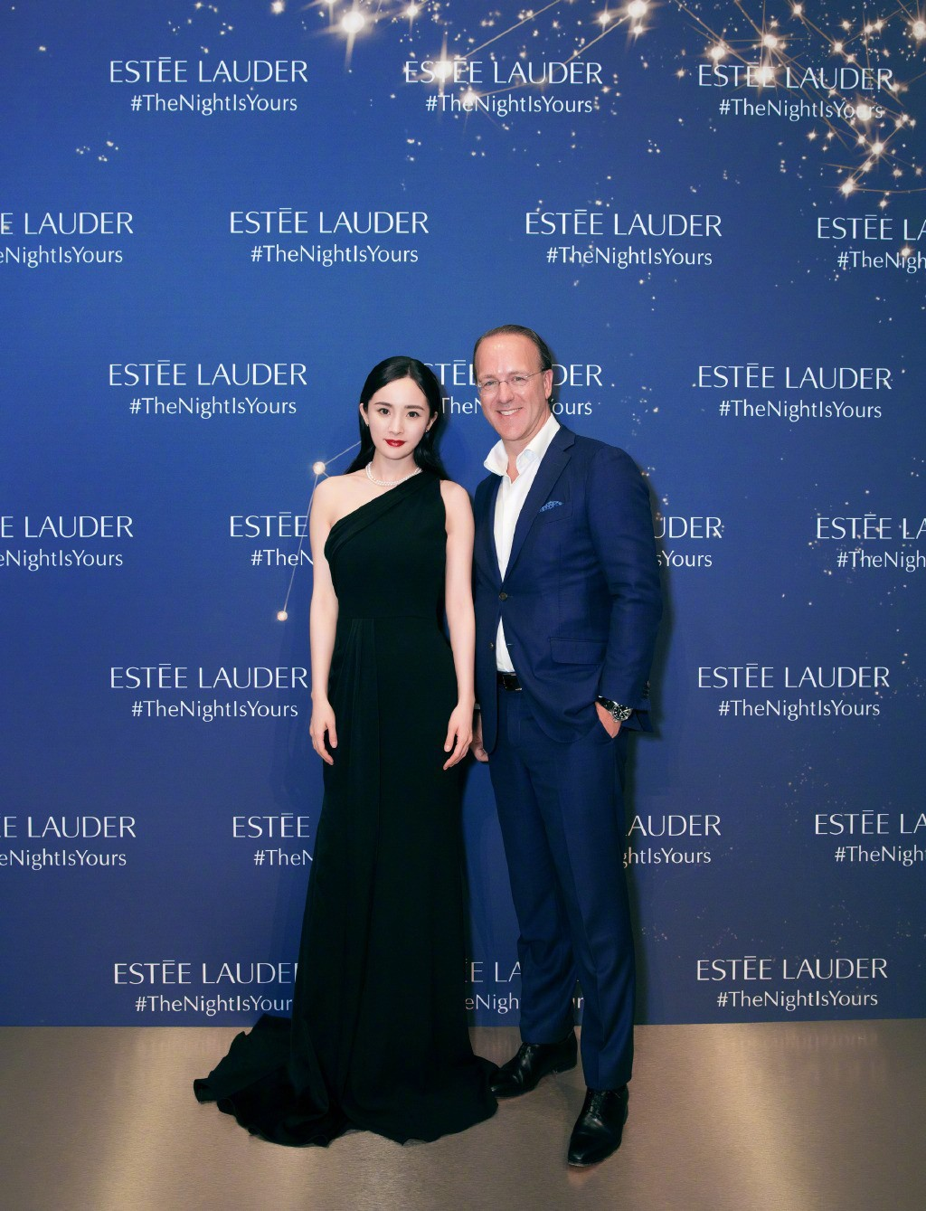 34-year-old Yang Mi appeared at the global press conference and stood out with a one-shoulder skirt, which really gave the Chinese a long face