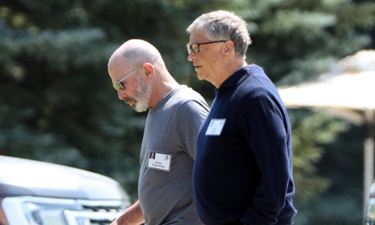Bill Gates (outside) walks after an exclusive conference for billionaires in Sun Valley, Idaho state on July 8.  Photo: AFP.