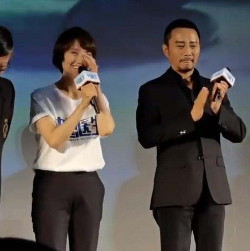 """Zhong Nanshan appeared at the premiere of """"Chinese Doctor"""", Yuan Quan second became a fan of the girl, tears were moved and paid tribute to the scene"""