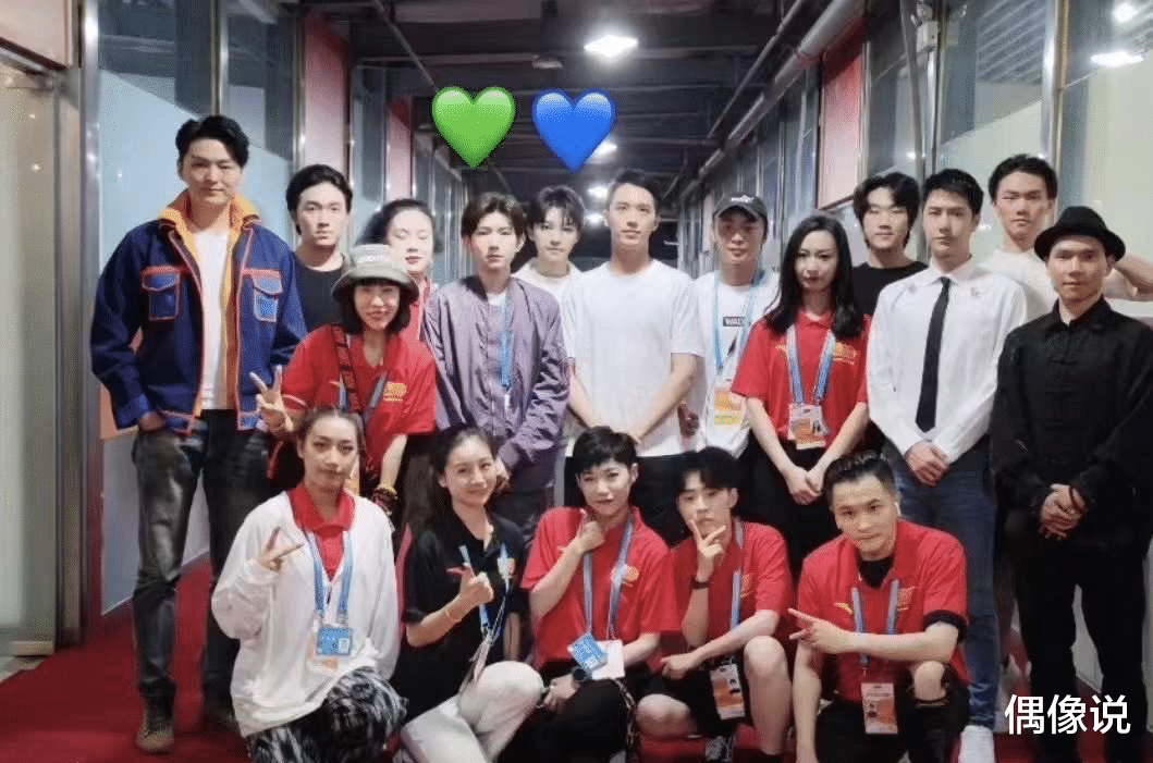 The second group photo of the art performance: Zhang Yixing squats in front of Xiaokai, and Wang Yibo looks like a baby with special effects